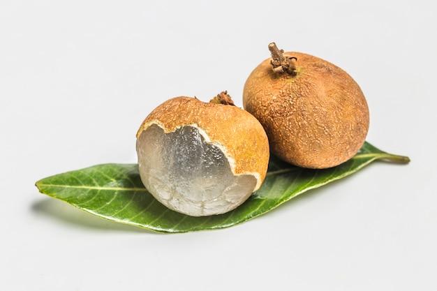 Dwa kawałki owoców na zielony liść