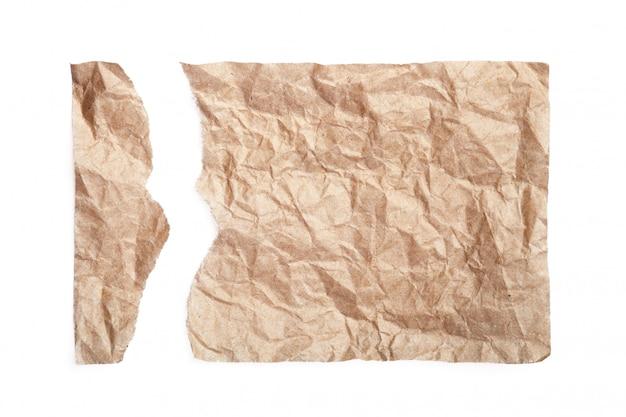 Dwa kawałki podartego papieru na białym tle