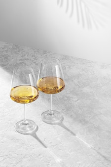 Dwa kieliszki do wina stoją na białym tle