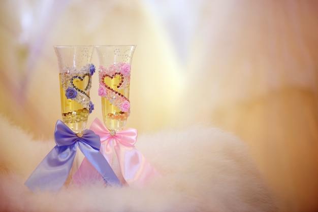 Dwa kieliszki ślubne z szampanem na pięknym tle