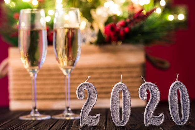 Dwa kieliszki szampana z dekoracją na nowy rok 2020. koncepcja obchodów nowego roku.