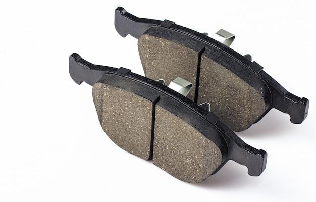 Dwa klocki hamulcowe do hamulców tarczowych samochodu. części zamienne do konserwacji samochodu, materiały eksploatacyjne do układu hamulcowego.