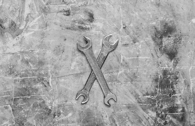 Dwa klucze na szarym tle betonu. narzędzie pracy. widok z góry