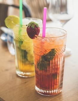 Dwa koktajle mojito z dojrzałej mięty rumowej i różnych owoców