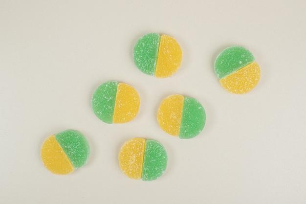 Dwa kolorowe cukierki galaretki na białej powierzchni