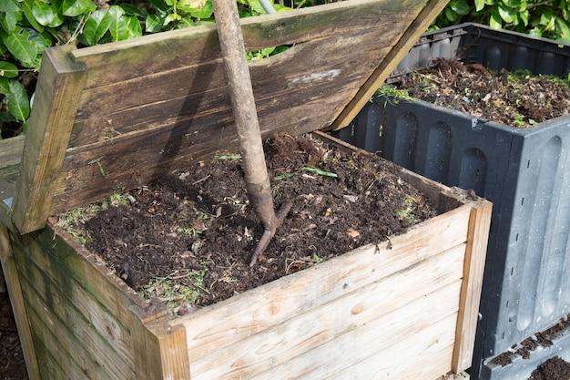Dwa komposty w ogrodzie rodzinnym pełne