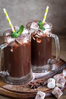 Dwa kubki gorącej czekolady z piankami