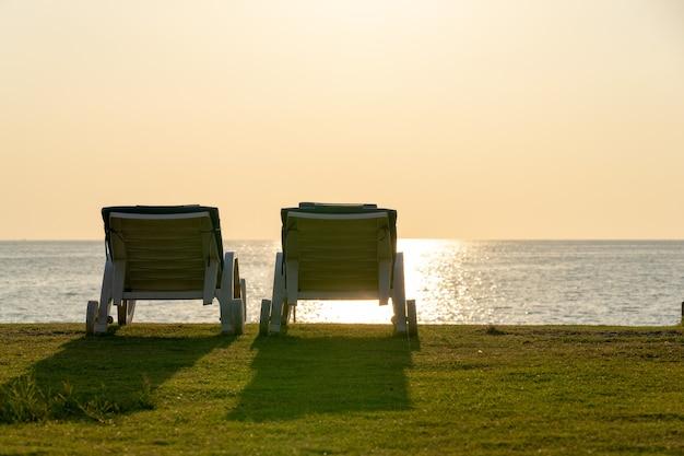 Dwa leżaki na piaszczystej plaży w pobliżu morza w phuket, tajlandia.