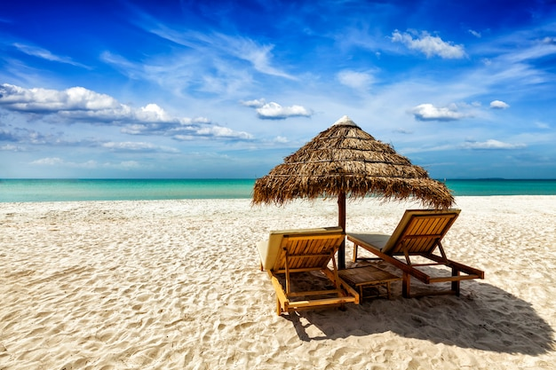 Dwa leżaki pod namiotem na plaży