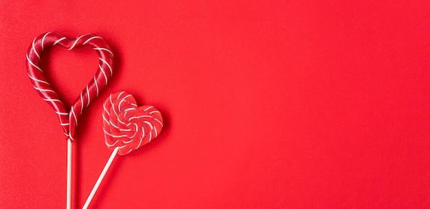 Dwa lizaki w kształcie serca. czerwone serca. cukierek. koncepcja miłości. walentynki.