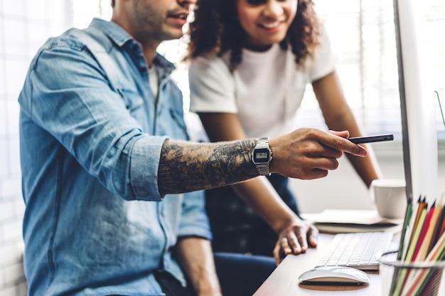 Dwa ludzie biznesu pracuje strategię z laptopem i dyskutuje
