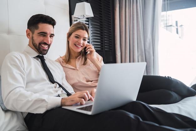Dwa ludzie biznesu pracuje wpólnie na laptopie.