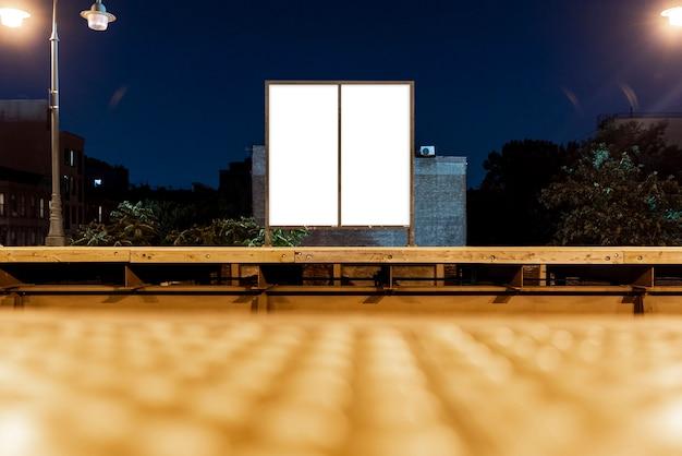 Dwa makiety billboardów na moście