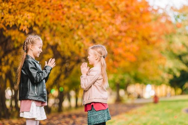 Dwa małe dzieci na piknik w parku