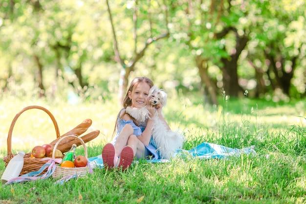 Dwa małe dzieci na pikniku w parku