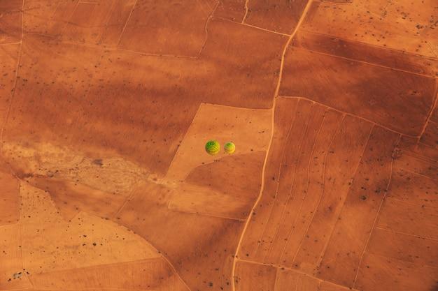 Dwa małe zielone i czerwone balony na ogrzane powietrze latające w maroku.
