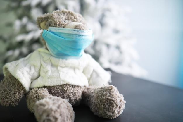 Dwa misie w masce ochronnej. koronawirus ochrona. zabawkowy miś w masce, aby zapobiec rozprzestrzenianiu się wirusa. skopiuj miejsce.