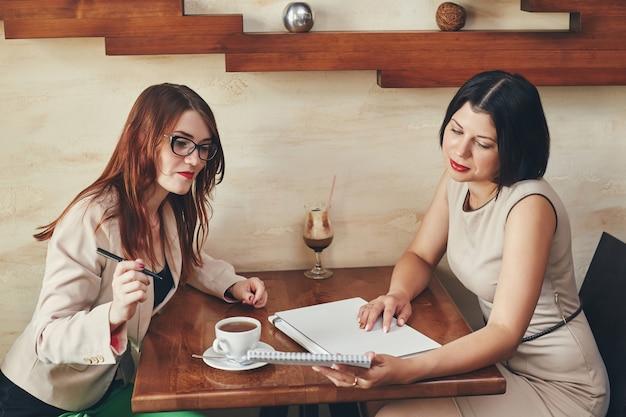 Dwa młodego bizneswomanu z notatnikiem