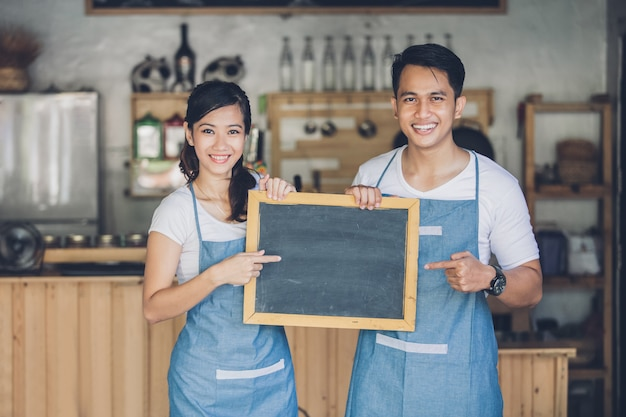 Dwa młodego partnera biznesowego trzyma puste miejsce znaka