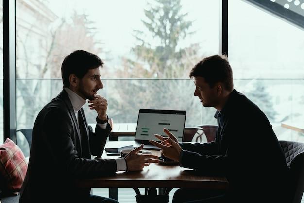 Dwa młody biznesmen ma pomyślnego spotkania przy restauracją.