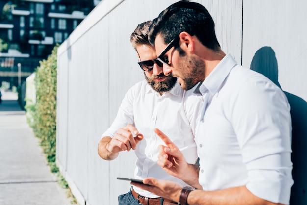 Dwa młody nowożytny biznesmena pozować