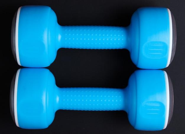 Dwa niebieskie plastikowe hantle. widok z góry