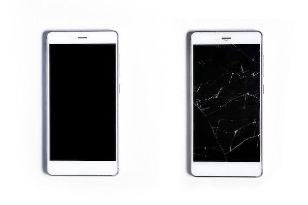 Dwa nowoczesne smartfony dotykowe. całość z ekranem potłuczonego szkła, na białym tle