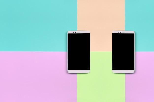 Dwa nowoczesne smartfony z czarnymi ekranami