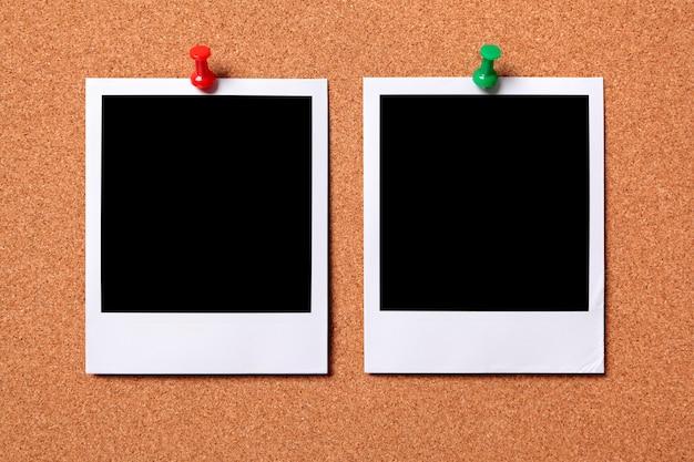 Dwa odbitki polaroid na korkowej tablicy ogłoszeń