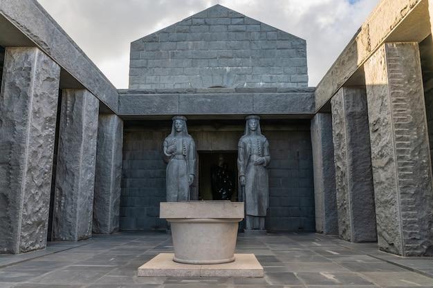Dwa ogromne posągi dziewcząt strzegą wejścia do mauzoleum njegosa.