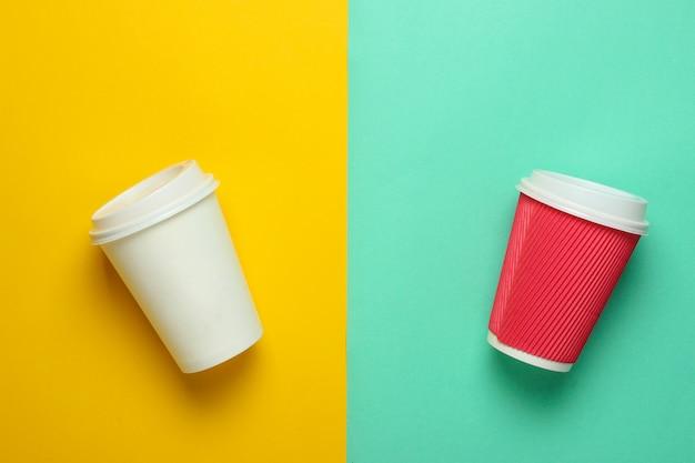 Dwa papierowe filiżanki kawy, widok z góry.