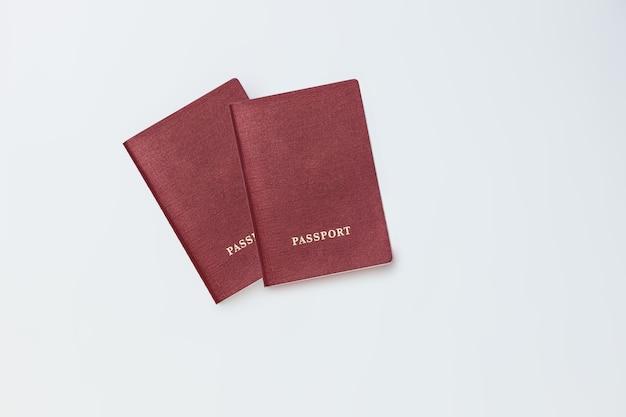 Dwa paszporty na białym tle