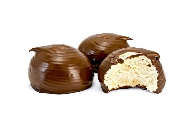 Dwa pełne i pół przeszklone ptasie mleczko czekoladowe na białym tle