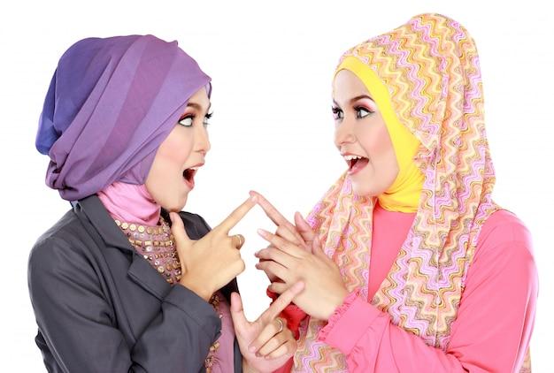 Dwa piękna muzułmańska kobieta ma zabawę wpólnie