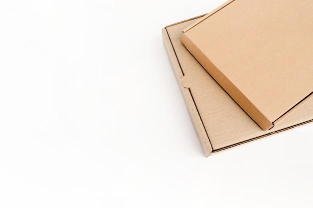 Dwa płaskie opakowania kartonowe na towary leżą na sobie