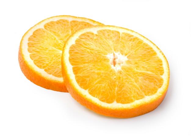 Dwa plasterki pomarańczy na białym tle