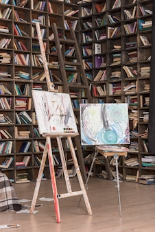 Dwa płótna i książki
