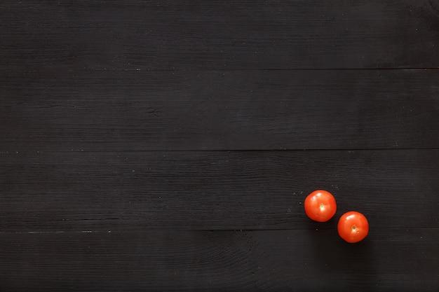 Dwa pomidoru na brown drewnianym tle