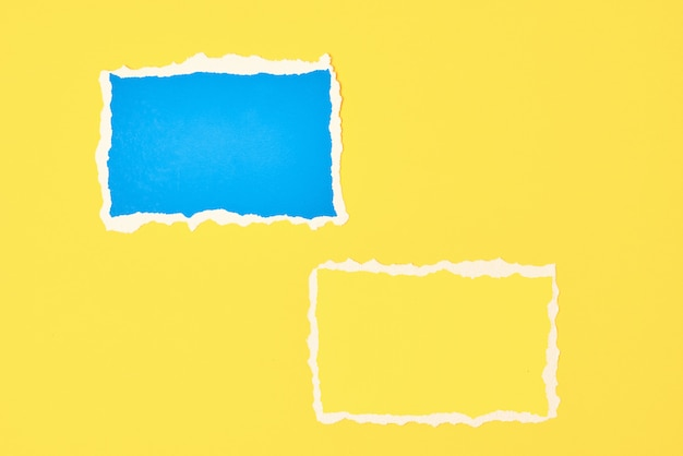 Dwa poszarpane arkusze krawędzi papieru na żółto