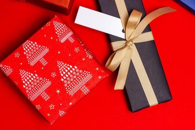 Dwa prezenty na czerwonym tle. widok z góry.