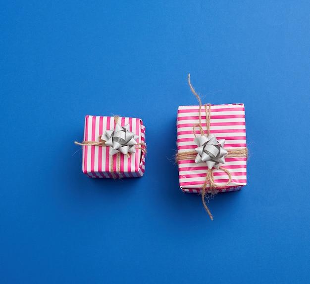 Dwa prezenty zapakowane w różowy papier w paski
