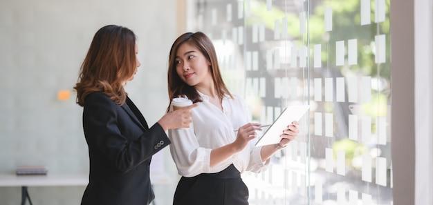 Dwa profesjonalnych bizneswomanu dyskutuje plan biznesowego wpólnie