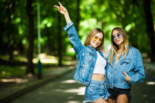Dwa przyjaciela cieszy się lata słońce w parku