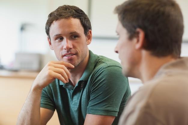 Dwa przystojnego dojrzałego ucznia ma rozmowę