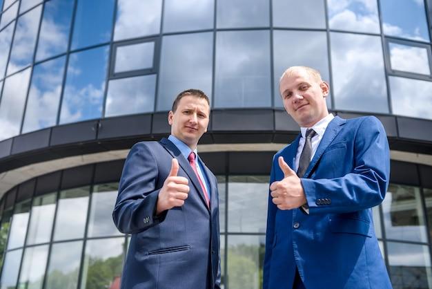 Dwa przystojny mężczyzna pokazując kciuk do góry na zewnątrz