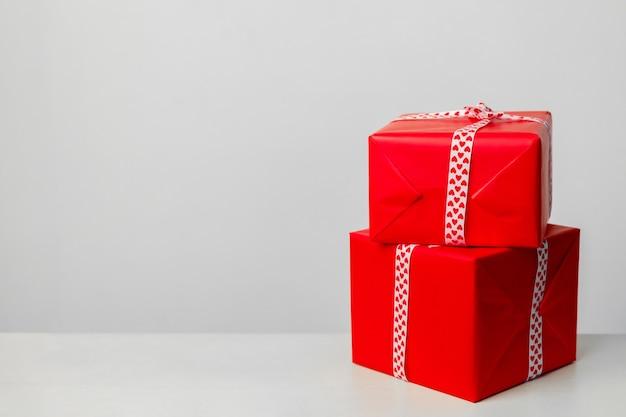Dwa pudełka na prezenty, na białym tle. prezent na walentynki, dzień matki i boże narodzenie. miejsce na twój tekst. kartka z życzeniami