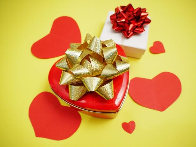 Dwa pudełka na prezenty na walentynki i papierowe serca