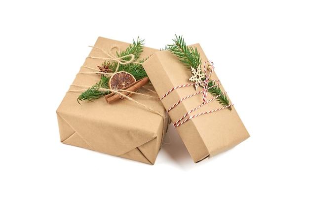 Dwa pudełka na prezenty świąteczne z gałązką jodły i świątecznymi dekoracjami