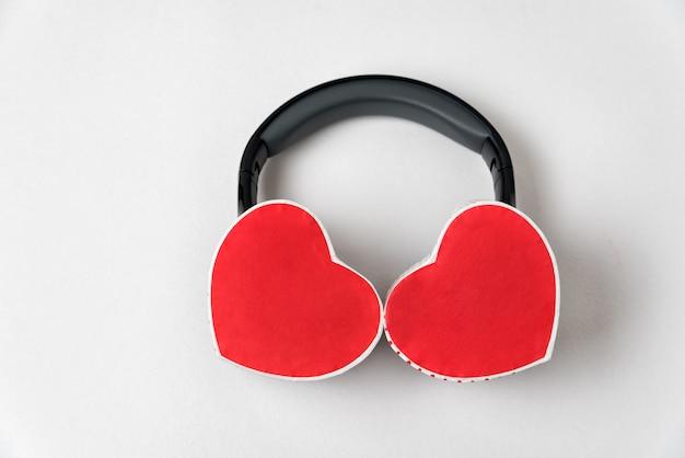 Dwa pudełka w kształcie serca i słuchawki. posłuchaj swojego serca.
