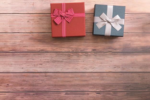 Dwa pudełka z wstążką na drewnianym stole, kopia przestrzeń.